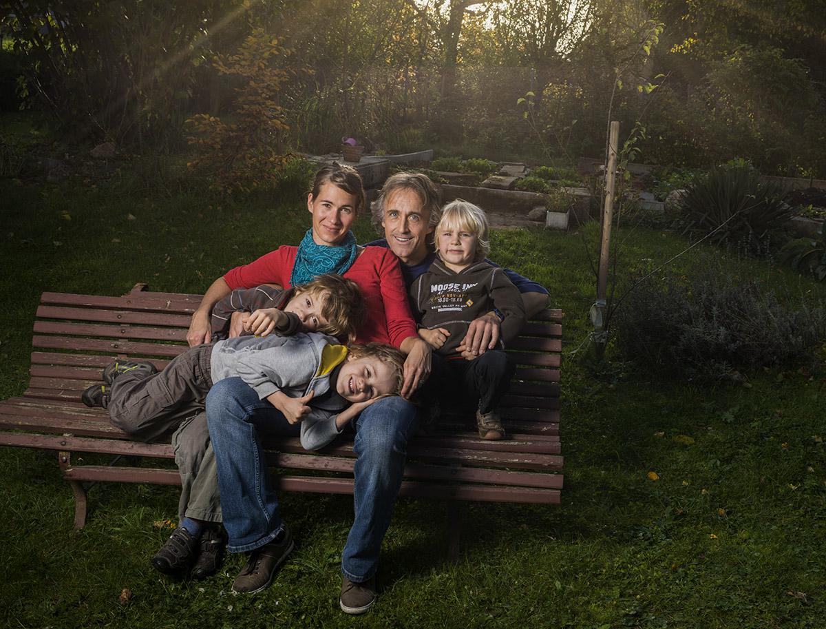 La famille Babey dans son jardin