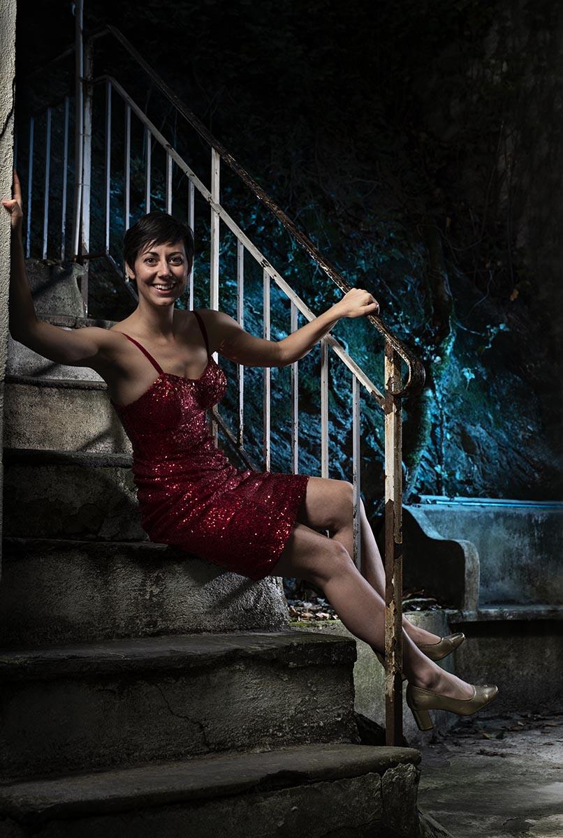 Pauline Epiney, comédienne, dans une cour intérieure, Sion ©Thierry Porchet
