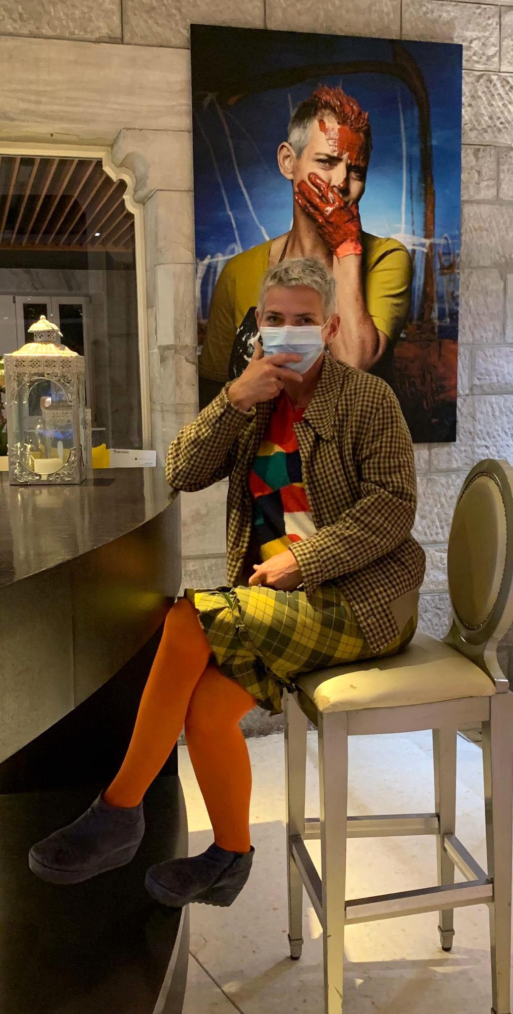 Andrea Wolfskampf, peintre, devant un tirage de son portrait ©Thierry Porchet